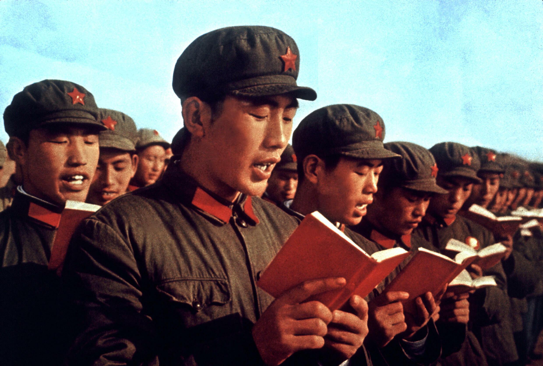 Binh sĩ quân đội giải phóng nhân dân Trung Quốc và cuốn sách đỏ « Mao chủ tịch ngữ lục », tháng 4/1970.