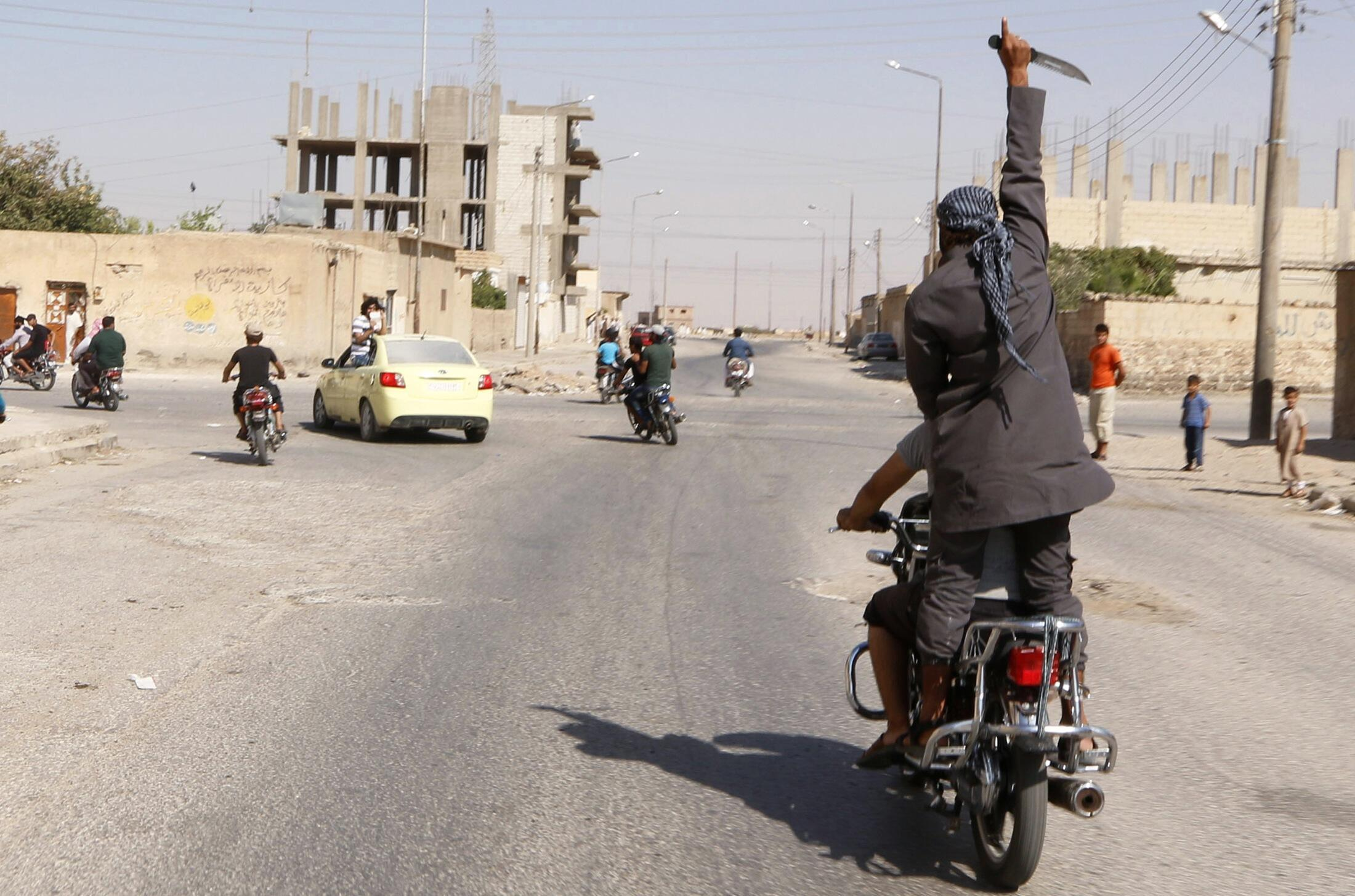 Com faca na mão, jihadista comemora tomada do aeroporto de Tabqa no domingo