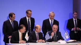 塞浦路斯 ̖ 希腊 ̖ 以色列三国能源部长(从左到右) 2020年1月2日周四在雅典签署东地中海天然气管线项目协议 / La signature de l'accord par (de gauche à droite) les ministres de l'Énergie chypriote, grec et israélien au Zappeion Hall à Athènes, le 2 janvier 2020.