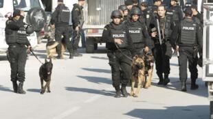 Des forces de police, avant leur intervention, lors de l'attentat du Bardo, le 18 mars 2015, à Tunis. Les terroristes ont tous deux été formés par la branche libyenne du groupe EI.