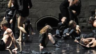 «Enfant» de Boris Charmatz a ouvert de le festival d'Avignon, le 7 juillet 2011.