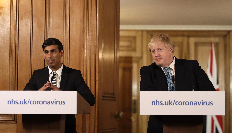 Bộ trưởng Tài Chính Rishi Sunak (T) và thủ tướng Boris Johnson (P) thông báo gói ngân sách hỗ trợ kinh tế trị giá 30 tỷ bảng Anh trước mối họa virus corona.