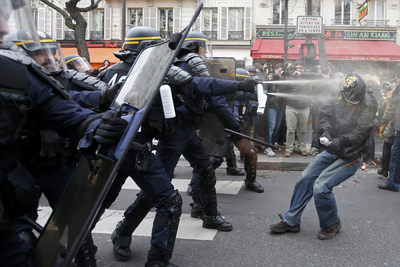 Policiais jogam gás lacrimogêneo em manifestantes