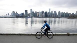 Un cycliste devant la ligne d'horizon de Vancouver, le 7 février 2009.