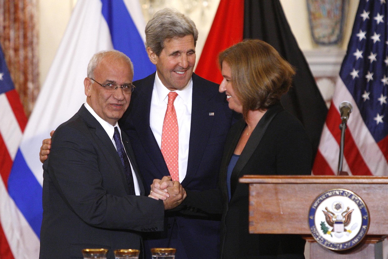 Saëb Erakat (g.) et Tzipi Livni (d) se serrent la main après avoir annoncé mardi 30 juillet 2013 qu'ils se retrouveraient dans quinze jours en Israël ou dans les Territoires palestiniens pour poursuivre les négociations.