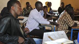 Des étudiants suivent un cours.