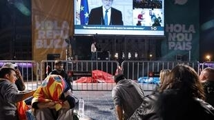 People listen to a speech by Spanish Prime Minister Mariano Rajoy as they gather at Plaza Catalunya in Barcelona on 1 October, 2017.