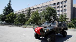 Forces de police devant le palais de justice d'Ankara, le 18 juillet 2016.