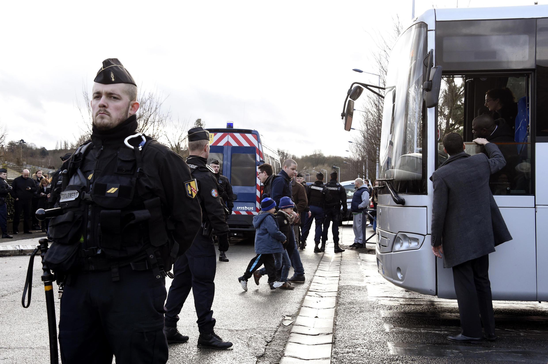 Les enfants d'une école de Dammartin-en-Goële, au nord-est de Paris, évacués par les forces de l'ordre, ce 9 janvier 2015.