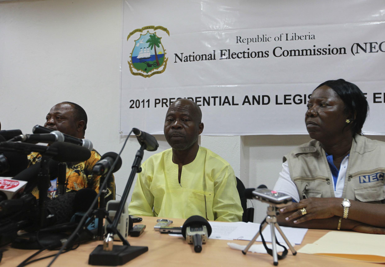 Mwenyekiti wa tume ya taifa ya uchaguzi nchini Liberia (katikati) aliyejiuzulu, James Fromayah