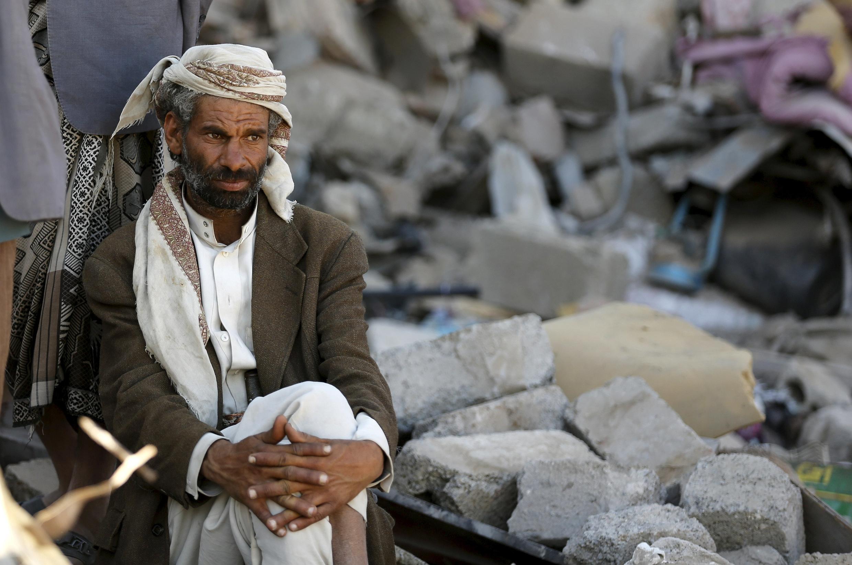 Un homme se tient dans les décombres de sa maison à Sanaa.