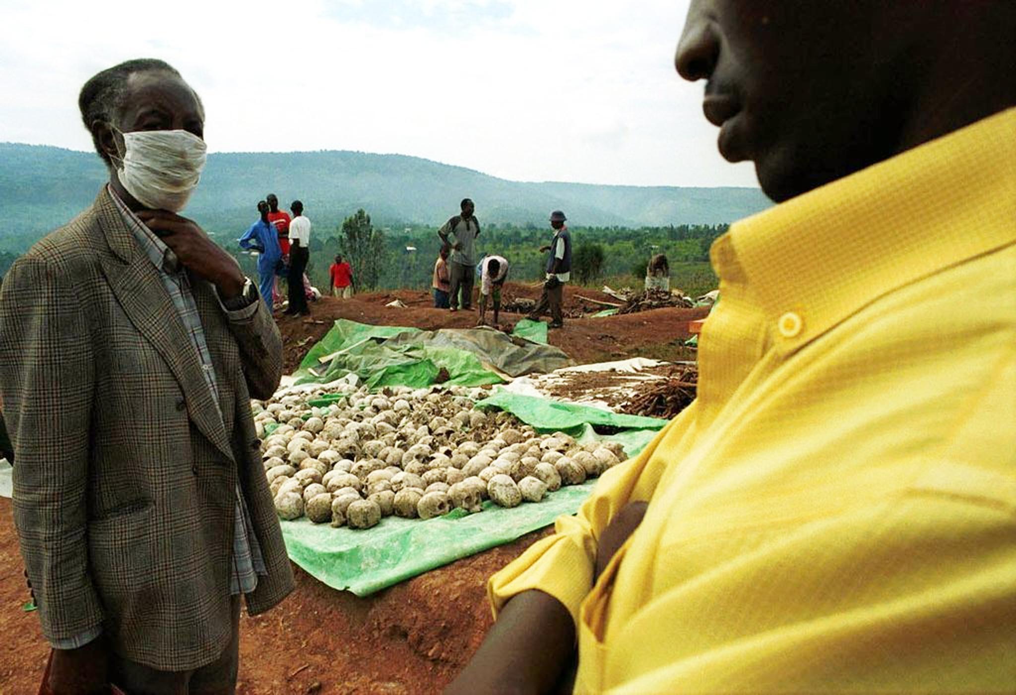 Picha hii ya zamani iliyopigwa tarehe 7 Aprili, 2000 inaonyesha wafanyakazi kutoka timu moja ya wachimbaji 50, wanaondoa mabaki ya watu waliouawa katika mauaji ya kimbari kwenye kaburi la halaiki huko Nyamirambo karibu na Kigali, Rwanda