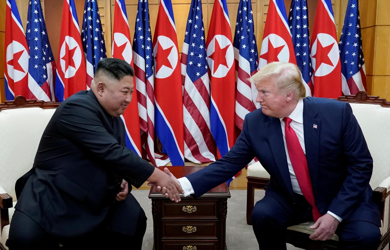 Lãnh đạo Bắc Triều Tiên Kim Jong Un (T) bắt tay tổng thống Mỹ Donald Trump trong cuộc gặp tại khu phi quân sự biên giới hai miền Triều Tiên, ngày 30/06/2019.