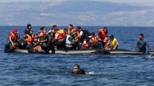 Беженцы из Сирии и Афганистана у побережья греческого острова Лесбос, 13 сентября 2015.