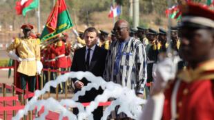 Эмманюэль Макрон (слева) и президент Буркина-Фасо Рок Марк Кристиан Каборе в президентском дворце в Уагадугу, 28 ноября 2017.