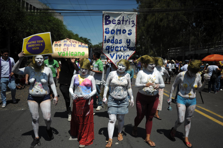 Des membres d'associations féministes défilent à San Salvador pour demander la légalisation de l'avortement, le 15 mai 2013.