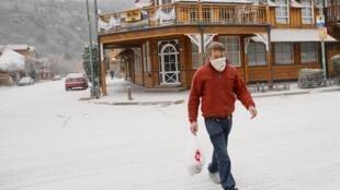 Frequentadores de cidades turísticas, com San Martin de Los Andes, na Patagônia Argentina, tiveram que se proteger das cinzas expelidas pelo vulcão.