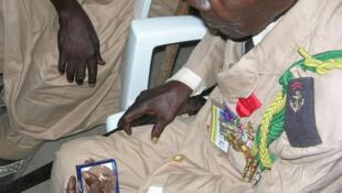 Ndjamena (Tchad). Joseph Djemakangar, 93 ans, engagé dans les forces françaises de la France Libre, blessé à Belfort. À la main, la médaille du maréchal Leclerc  que vient de lui remettre son fils, Charles Leclerc de Hauteclocque le 26 octobre 2010.