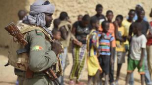 Un soldat malien des Fama, photographié en 2015 à environ 80 kilomètres de Tombouctou.