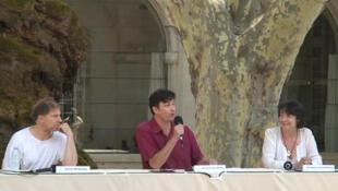 """(de gauche à droite : le metteur en scène et """"artiste associé"""" britannique Simon McBurney et les deux directeurs du festival d'Avignon, Vincent Baudriller et Hortense Archambault lors de la conférence de presse le 26 juillet."""