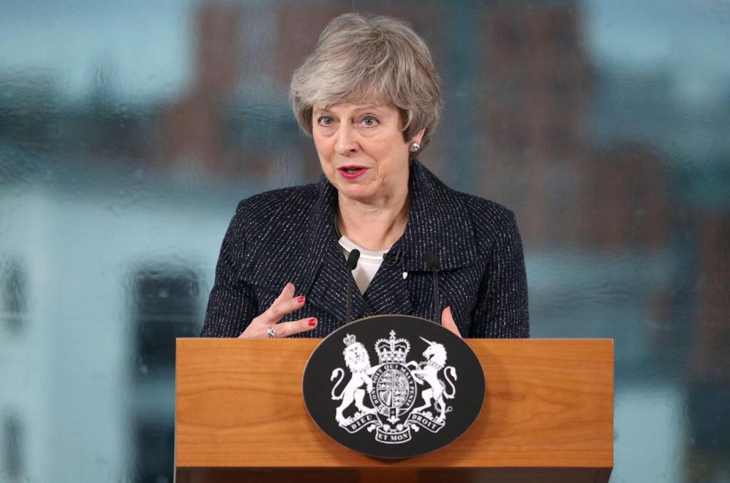 La Première ministre britannique, Theresa May, s'entretient avec des représentants du monde des affaires lors de sa visite à Belfast, en Irlande du Nord, le 5 février 2019.