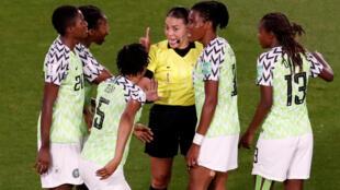 L'arbitre Mme Melissa Borjas face à la colère des Super Falcons nigérianes lors du match contre la France.