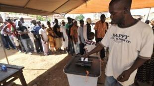 Un Guinéen dépose son bulletin de vote dans un bureau à Conakry lors de la présidentielle, le 07 novembre 2010.