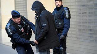 Французские полицейские в итоге сумели извлечь материальную выгоду из протестов «желтых жилетов»