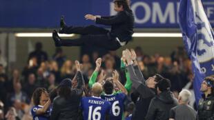Les joueurs de Chelsea célèbrent leur sacre en Premier League, avec leur manager Antonio Conte après le match contre Watford à Stamford Bridge, le 15 mai 2017.