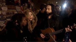 麥當娜和9歲兒子大衛一起在巴黎的共和國廣場演唱