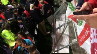 A grade da arquibancada do estádio de Amiens, no norte da França, cedeu na noite deste sábado, 30 de setembro de 2017.