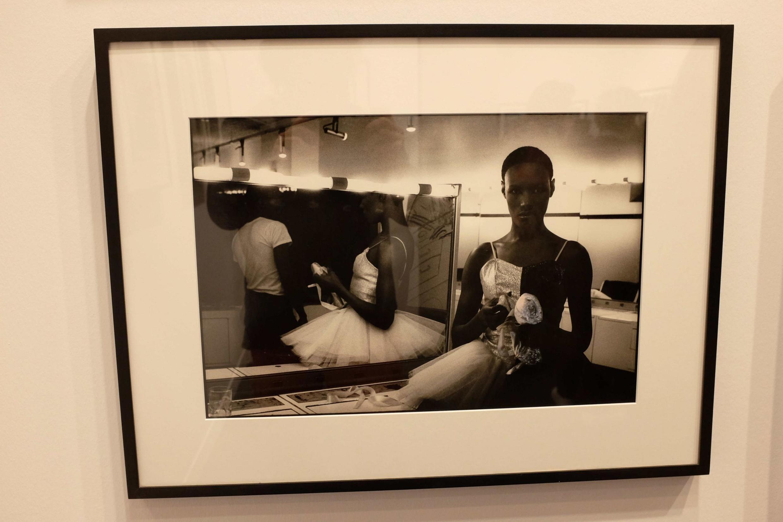 Vue sur une photo de Ming Smith montrant Grace Jones en 1975, exposée à Paris Photo sur le stand de la galerie Jenkins Johnson.
