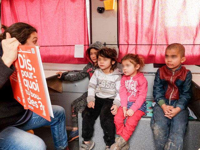 کودکان خانواده های پناهجو یکی از زاغه نشینهای فرانسه در حال یادگیری فرانسه در یک کامیون