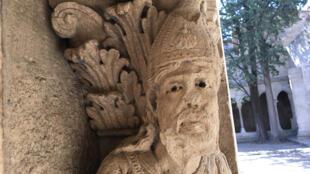 Cloître Saint-Trophime. Statue d'Emmaüs. Bonnet orné de la coquille, symbole du pèlerinage. 12è siècle.