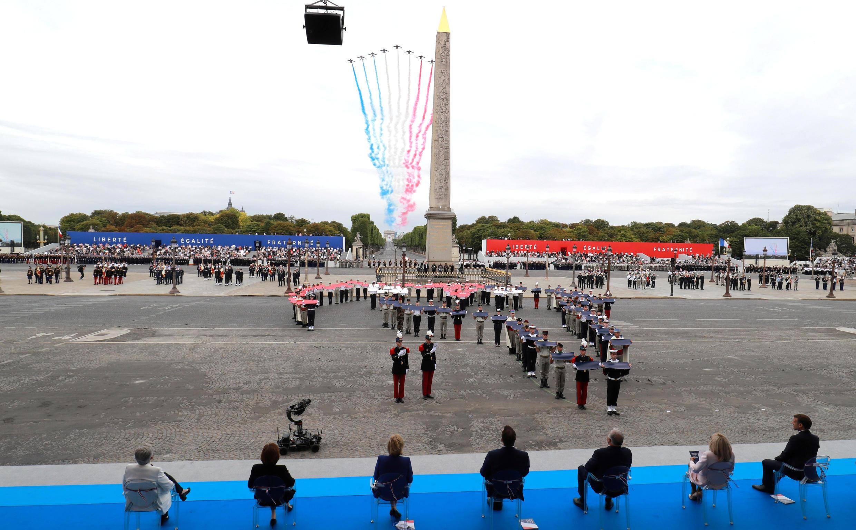 Самолеты Alphajets пилотажной группы французских ВВС Patrouille de France. Париж, 14 июля 2020.