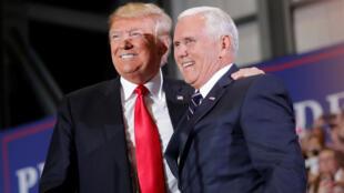 特朗普與彭斯副總統11月3日在共和黨佛羅里達競選造勢會場