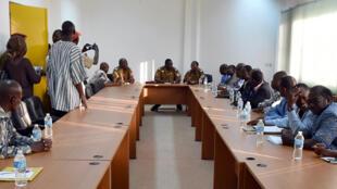 Rencontre entre les représentants de la coalition de l'opposition et le lieutenant-colonel Isaac Zida, à Ouagadougou le 2 novembre 2014.
