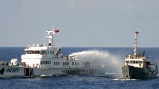 Hải cảnh Trung Quốc phun vòi rồng tàu cảnh sát biển Việt Nam gần quần đảo Trường Sa, ngày 04/05/2014.