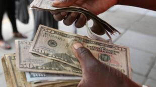 Pour trouver du liquide, mieux vaut se tourner vers l'économie informelle, c'est ce font 90% de Zimbabwéens.