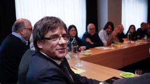 Carles Puigdemont em reunião com membros do Parlamento catalão em Bruxelas, 5 de fevereiro de 2018.