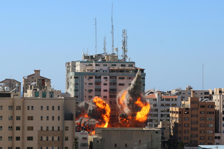 Une tour abritant AP et les bureaux d'Al Jazeera s'effondre après les frappes de missiles israéliens dans la ville de Gaza, le 15 mai 2021.