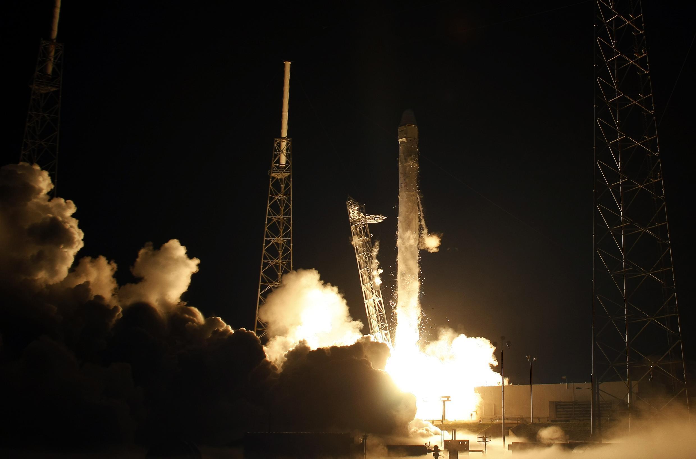 Запуск ракеты-носителя Falcon-9 с кораблем Dragon частной фирмы SpaceX в США 22 мая 2012.