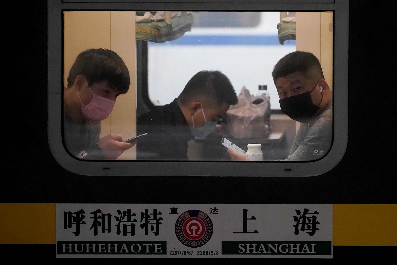 Des passagers d'un train à Shanghai, portant un masque, le 21 janvier 2020.