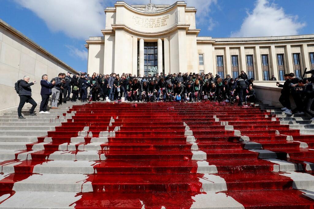 Активисты  организации Extinction Rebellion («Бунт против вымирания») облили ступени лестницы Трокадеро красной жидкостью, имитирующей кровь. 12 мая 2019 г.