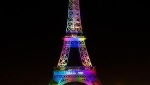 La Torre Eiffel con los colores de la bandera gay.