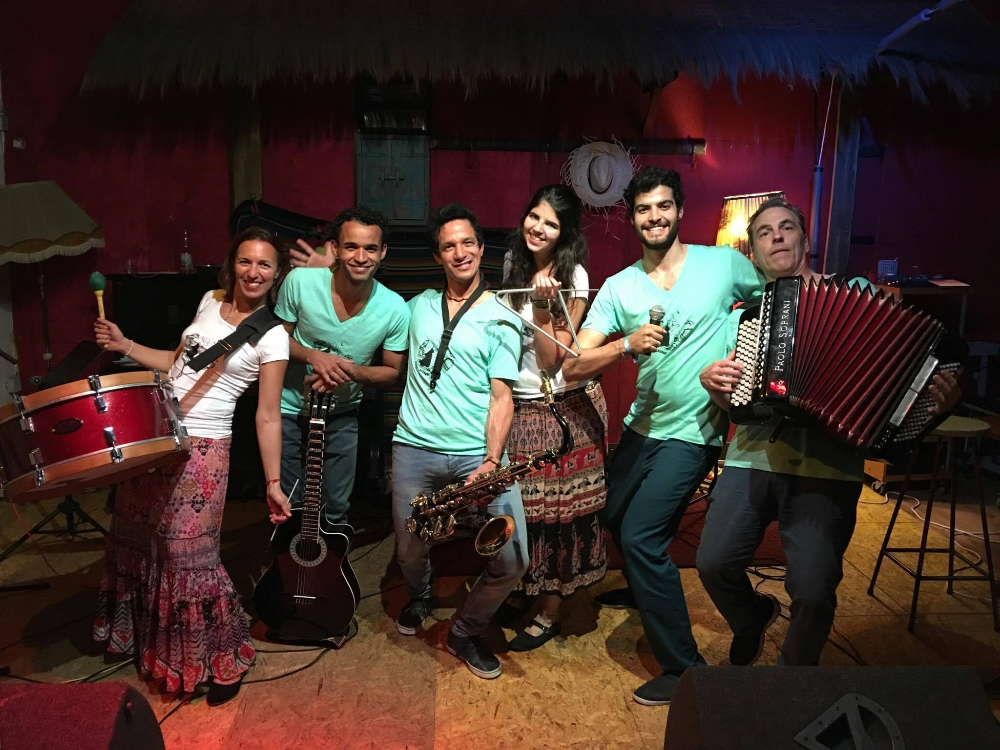 O grupo com a formação original. O amor pela música e pelo Brasil une todos eles.