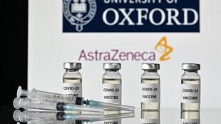 """Fotografía ilustrativa con viales marcados """"covid-19"""" y logotipos deAstraZeneca y de la universidad de Oxford, tomada el 17 de noviembre de 2020"""