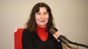 نائیری نهاپتیان در استودیو بخش فارسی رادیو بینالمللی فرانسه
