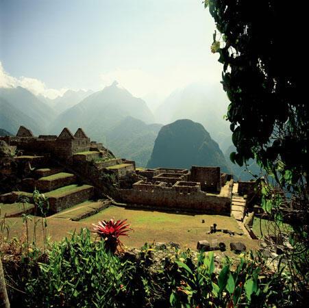 Machu Picchu (Vieja Montaña, en quechua) está en la cima de una frondosa montaña y fue construida durante el reinado del emperador inca Pachacútec (1438-1471).