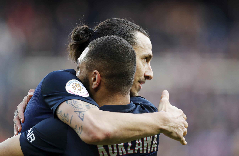 Zlatan Ibrahimovic, avançado sueco do PSG, e Layvin Kurzawa, defesa francês do PSG, festejam a vitória por 6-0 frente ao Caen.